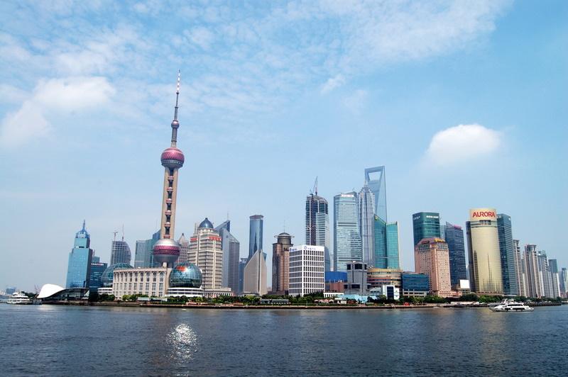 """Die brühmte Shanghaier Skyline mit dem """"Oriental Pearl Tower"""" - Fotografiert vom """"Bund""""."""
