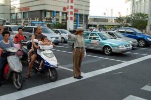 Heillos überfordert: Verkehrslotsen in Shanghai