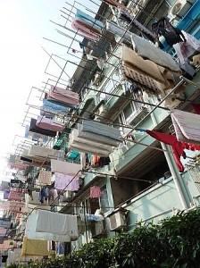 Allgegenwärtiges Bild: Wer keinen Laundry Service hat, trocknet seine Wäsche auf der Strasse