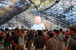 Das etwas deformierte Roboterriesenbaby im spanischen Pavillon steht angeblich für die Zukunft.