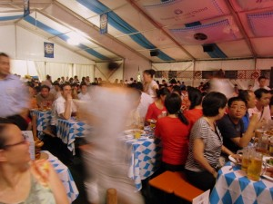 Ein bisschen Bayern in Shanghai: Den Chinesen gefällt die deutsche Gemütlichkeit, auch wenn er mit dem Bier zu kämpfen hat.