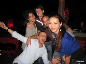 """Kenza, Flo, Dennis, Joe, Ting auf der Dachterrasse des """"Lost Heaven"""""""
