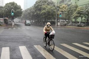 Mundschutz, Kapuze, Stulpen, Handschuhe - der gemeine Shanghainese ist für den Winter besten gerüstet
