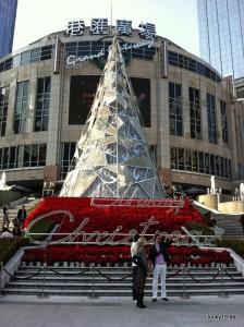 """Weihnachtsstimmung bie 20C vor der """"Grand Gateway"""" Shoppingmall"""