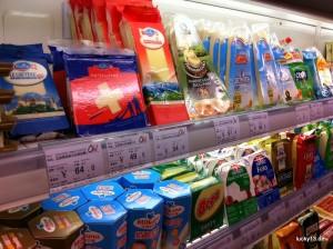 """Da freut sich das Expatherz: Milchprodukte aus aller Welt reihen sich hier in den Kühlregalen des Edelsupermarktes """"Olé"""" aneinander. Leider sind die Preise hier meist höher als in den Ländern aus denen diese Produkte stammen."""