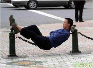 Schlafen geht immer und überall. Gerne auch in der U-Bahn, auf der Tischplatte und an der Bushaltestelle