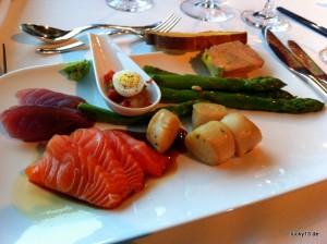 Sashimi satt. Neben rohem Fisch gibt es auch Kaviar, Krabbenbeine und rohe Austern