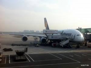 """Mächtig posiert die A380 mit dem Namen """"Zürich"""" am Gate des Flughafens in Peking"""