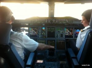 "Logenplatz: A380 Cockpit aus der ""Jump Seat"" Perspektive"