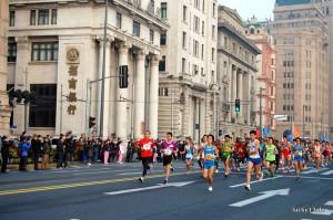 Gedrängel am Start. Rund 20.000 Athleten aus 66 Nationen gingen am diesjährigen Shanghai Marathon an den Start.