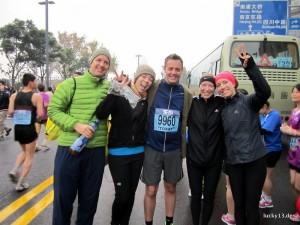 """Läuferteam vor dem Start. Bei frischen 4 Grad war morgens um 6 Uhr 30 """"Check In"""" für unser Team bestehend aus 4 Nationalitäten."""