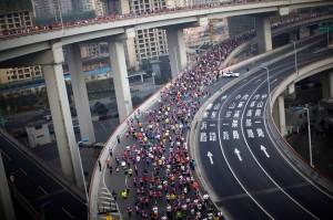 Rund 20.000 Läufer beim Aufstieg über die sprialförmige Rampe zur Nanpu Bridge